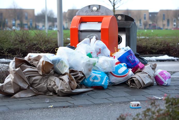 Overvolle afvalbakken bij de Atlas in Alphen. (Archieffoto).