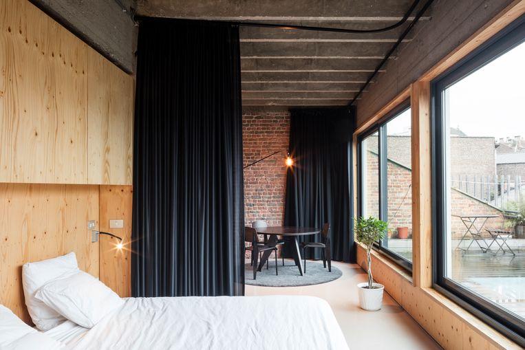 Waarom moet je een ruimte altijd afsluiten met een muur, vroeg Eve zich af. Het kan evengoed met een gordijn. © Tim Van de Velde Beeld null