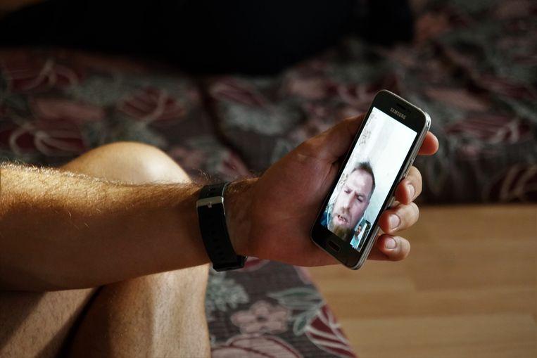 Haytham Abdullah, de man van Rama Abdhullah, te zien op een videoverbinding. Beeld Melvyn Ingleby