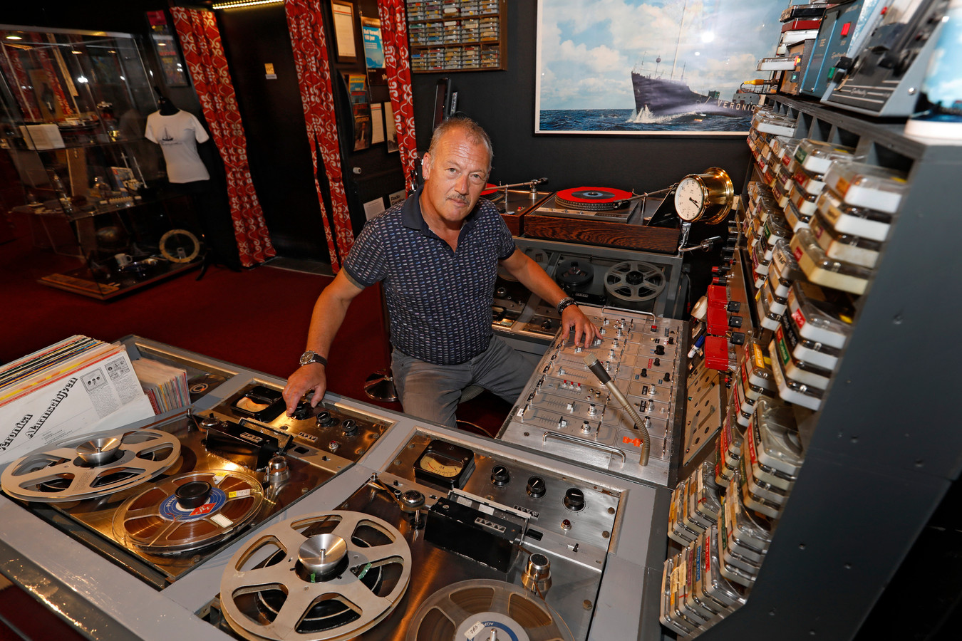 ,,De dj's van Radio Veronica waren de pioniers van de populaire radio, die willen we eren'', zegt Jaap Schut vanachter de originele boordstudio van de legendarische zeezender.