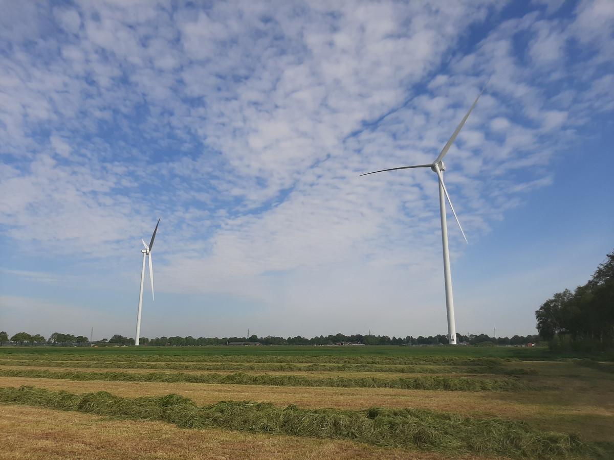 Twee onlangs opgeleverde windmolens van Nieuwleusen Synergie in het buitengebied tussen Zwolle en Nieuwleusen.