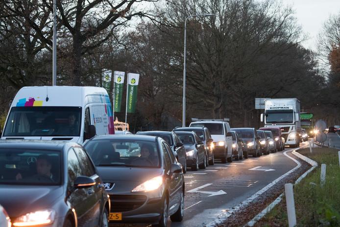 Weggebruikers kunnen met recht hopen dat chronische filevorming en vertraging al in de nabije toekomst voorgoed tot het verleden zullen behoren. Hier staat het verkeer vast bij kruispunt Bosch in Raalte.
