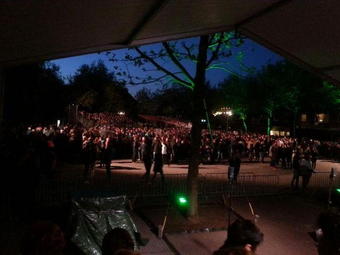 Het Hertog Janplein in Erp vlak voor het begin van het klank- en lichtspel.