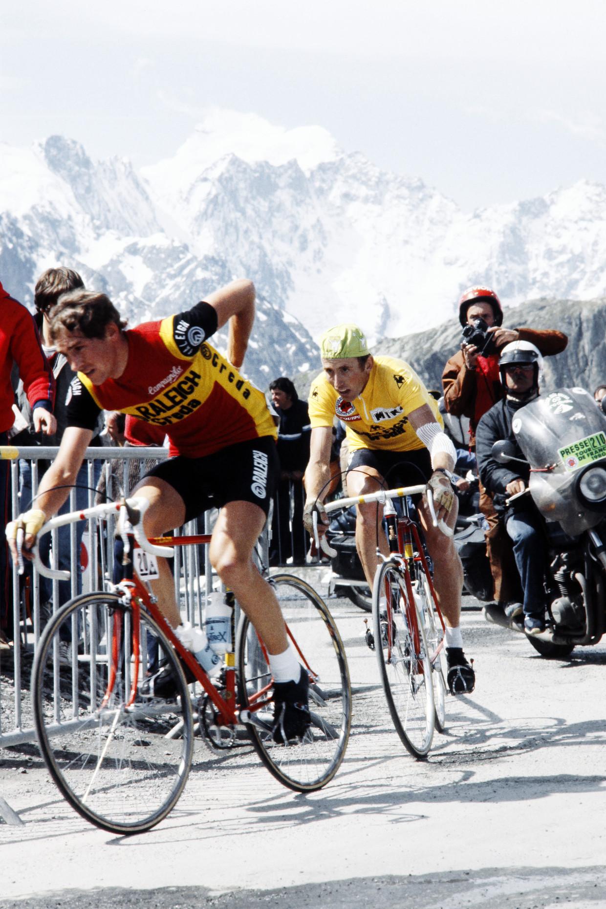 De 17de etappe van de Tour van '80, de rit na de val. Joop Zoetemelk rijdt in het geel, zijn arm in het verband. Beeld Hollandse Hoogte / AFP