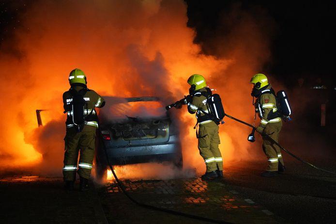 De brandweer blust de auto in Zevenaar.