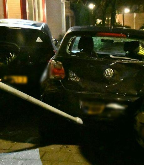 Auto botst op meerdere auto's in woonwijk Enschede