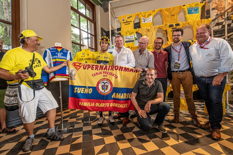 Bernal ging maar al te graag met zijn fans, het team van KOERS en enkele mensen van de vzw Roeselare Koers op de foto.