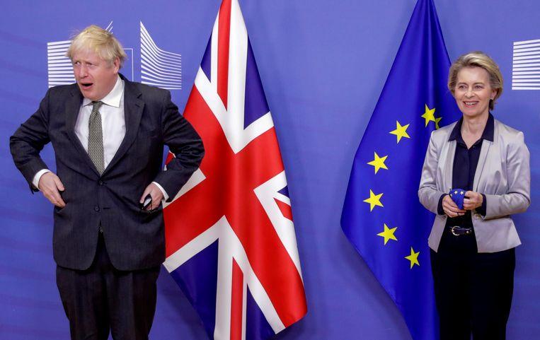 De Britse premier Boris Johnson en voorzitter van de Europese Commissie Ursula von der Leyen woensdag voorafgaand aan een etentje in Brussel, dat niets oploste. Beeld AP