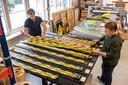 Bij het Roosendaalse bedrijf Dr. Sticker loopt het storm met aanvragen voor stickers en posters die het publiek bewust maken van anderhalvemetersamenleving. Pijlen op de vloer, cirkelstickers rond werkplekken etcetera.  Albert Vlamings (links) en Geert Peeters (rechts) van Dr. Sticker.