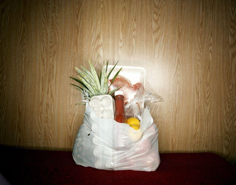 Een vrouw in Wijdemeren die in de bijstand zat, kreeg elke week een tas met boodschappen van haar moeder. Dat was tegen de regels, en leverde haar een boete op van 7000 euro.  Beeld Getty Images