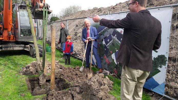 Wethouder Michiel van Liere graaft het zojuist geplante boompje verder in, initiatiefnemer Gerben Kamphorst geeft aanwijzingen.