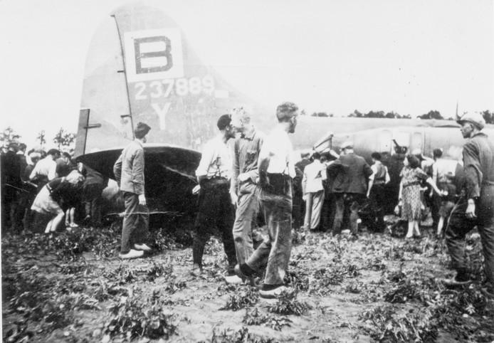 Een Amerikaanse bommenwerper B17G stort neer op het aardappelveld va Jan Lambers in Vroomshoop. Dat trok veel bekijks. Omwonenden zagen hun kans schoon en namen onder meer sigaretten, caps, een kompas en een radio uit het vliegtuig mee.