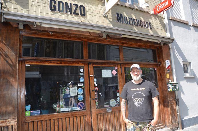 Uitbater Filip De Vriendt aan het huidige café Gonzo in de Geraardsbergsestraat in Ninove.