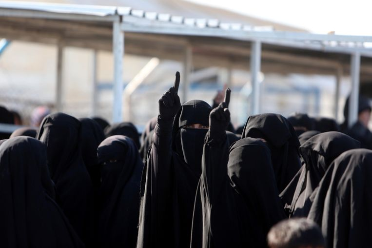 Vrouwen tonen hun trouw aan IS door de wijsvinger omhoog te steken Beeld REUTERS