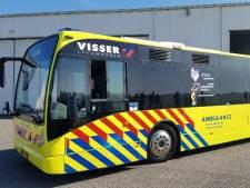 Dit is de unieke ambulancebus die zes coronapatiënten tegelijk kan vervoeren