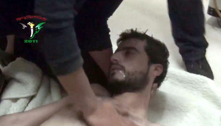 Deze man zou slachtoffer zijn geworden van een aanval met chemische wapens door het regime van Assad, in april van dit jaar. Beeld .