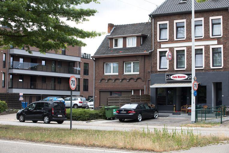 Café Monroe in de André Dumontlaan in Waterschei. Bij een inval door de politie werden onder andere drie kilo cannabis en een fles met vloeibare xtc gevonden. Ook zijn nog andere inbreuken vastgesteld.