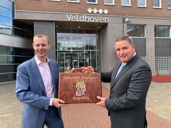 Foto ter illustratie: overhandiging begroting van 2020 door wethouder financiën Jeroen Rooijakkers (links) aan burgemeester van Veldhoven Marcel Delhez.