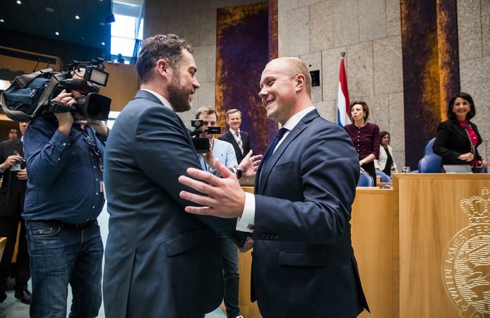 Klaas Dijkhoff (VVD) feliciteert Thierry Aartsen na zijn beëdiging in de Tweede Kamer