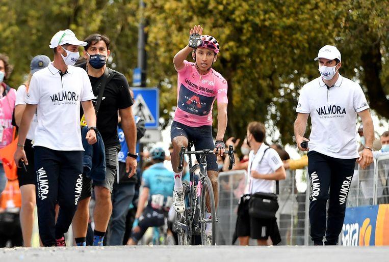 Rozetruidrager Egan Bernal heeft zijn leiderspositie na de elfde etappe van Giro versterkt.  Beeld REUTERS