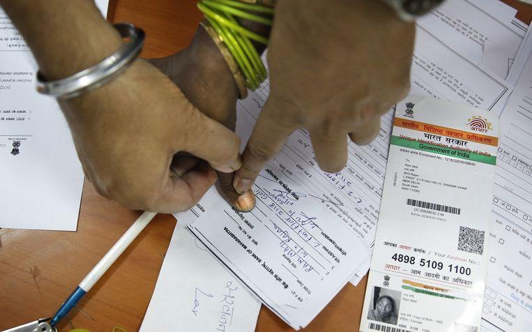Bij de aanvraag voor een bankrekening wordt ook een vingerafdruk genomen, ter identificatie. Veel (arme) Indiërs hebben geen officiële papieren of een woonadres, wat het aanvragen van bijvoorbeeld een bankrekening ernstig bemoeilijkt. Beeld ap
