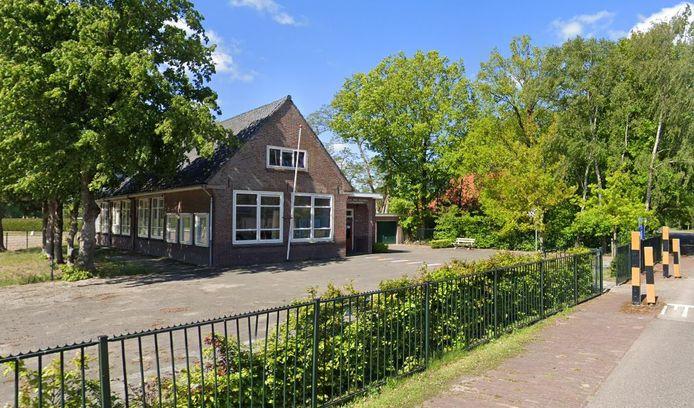 De al vijf jaar leegstaande school in Veenhuizerveld wordt nu gebruikt als atelierruimte door kunstenaars die het antikraak huren. In de toekomst komen er vijf kluswoningen in, die al dit jaar verkocht worden.