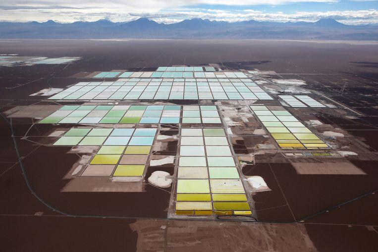 Een luchtbeeld van de lithiummijn op de zoutvlakten van de Chileense Atacama-woestijn. Beeld REUTERS