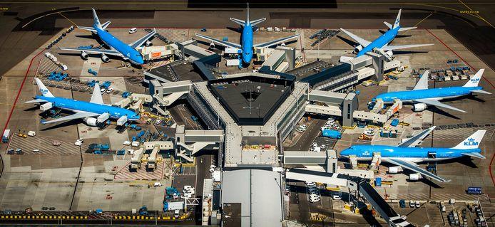 Op Schiphol liggen start- en landingsbanen in allerlei windrichtingen. Dat is volgens deskundigen de belangrijkste verklaring voor het hoge aantal bijna-botsingen op de luchthaven.