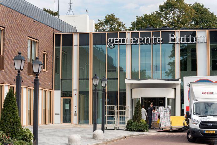 Verhuizers vinden hun weg door de verplaatste en uitgebouwde nieuwe entree van het gemeentehuis in Putten.