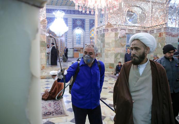 Onder toezicht van een imam wordt een heiligdom in Qom gedesinfecteerd
