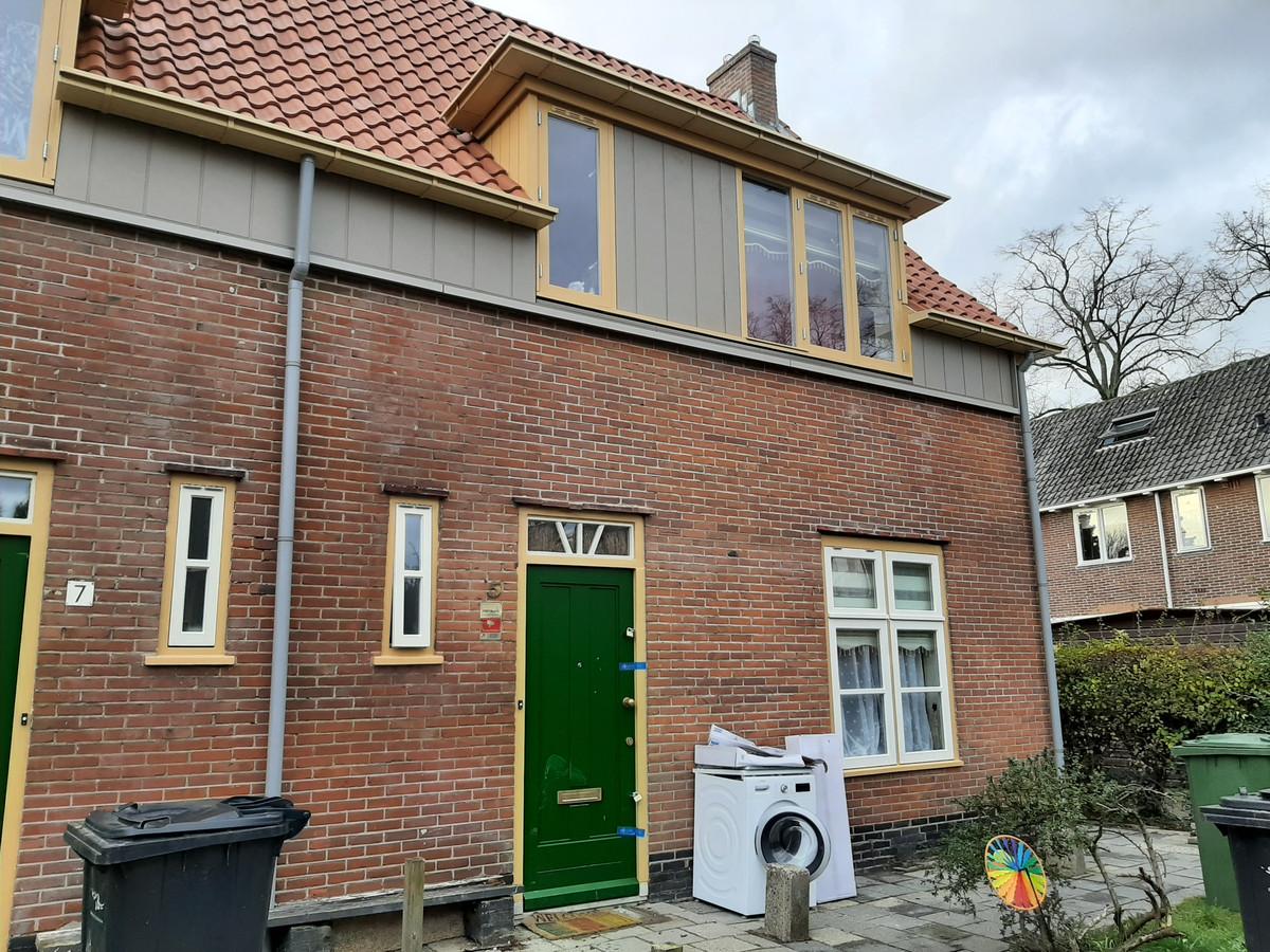 De woning aan het Meiland,waarvan de voordeur door de politie is verzegeld.