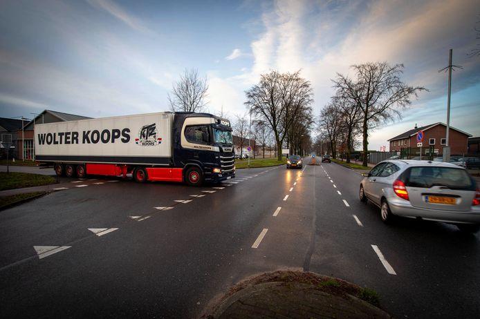 De Nieuweweg op industrieterrein Wijchen-Oost is de gevaarlijkste weg van de gemeente Wijchen. Er vinden veel aanrijdingen plaats tussen vrachtwagens die de weg opdraaien of afslaan en personenauto's.