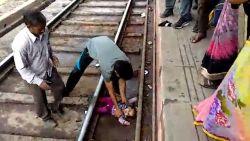 Wat een mirakel: baby ongedeerd nadat trein er over rijdt in India