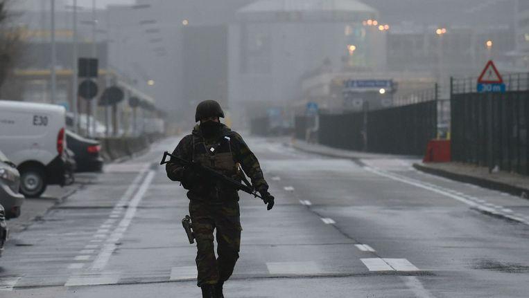 Soldaat in de buurt van vliegveld Zaventem. Beeld afp