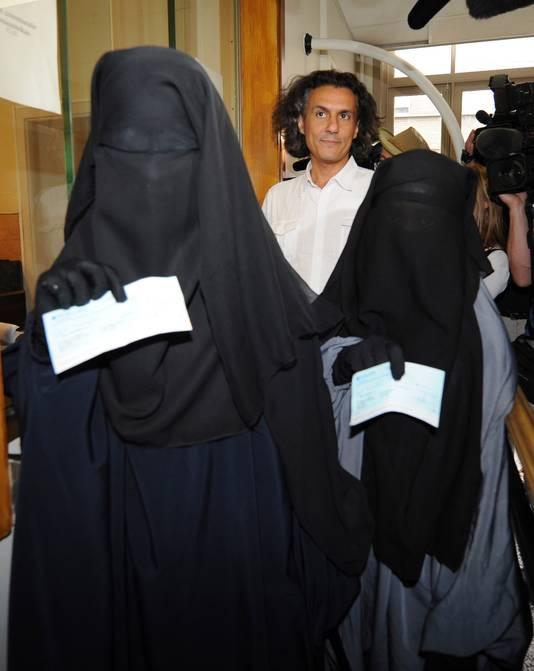 De Franse zakenman Rachid Nekkaz betaalde in augustus vorig jaar de 'boerkaboetes' van twee jonge Brusselse moslima's .
