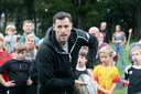 Tim Visser tijdens een rugbyclinic in Apeldoorn afgelopen zondag.
