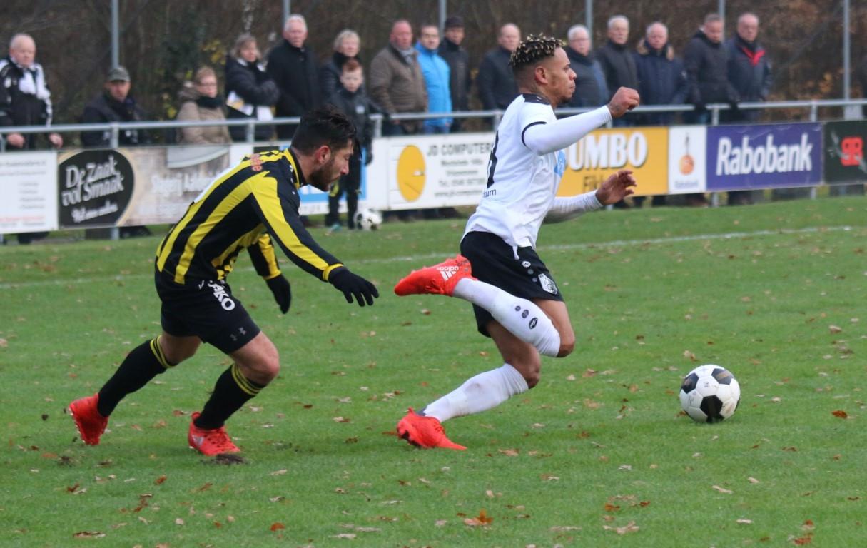 Johnsen Bacuna (r) voorkwam de nederlaag van Berkum in Twente.