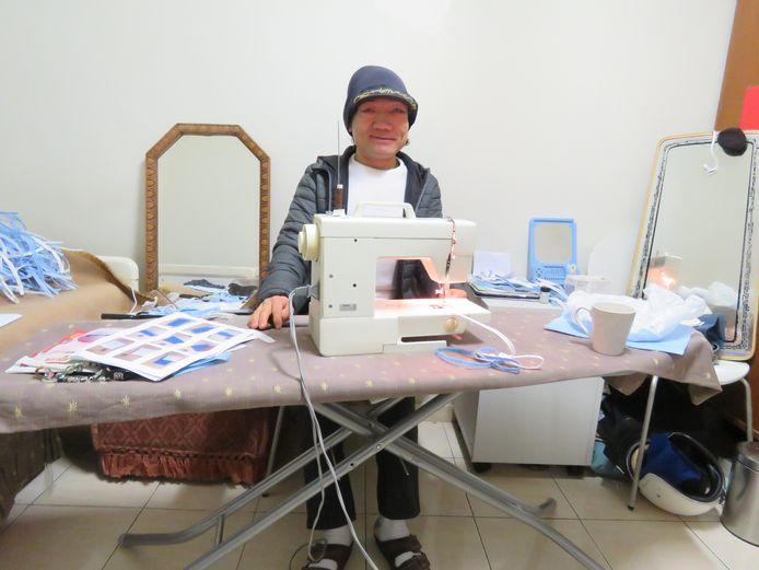 Mohammad Qader Mohammadi in actie aan zijn naaimachine.