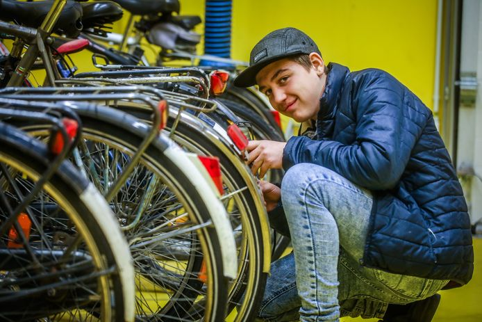 De leerlingen van de richting Fietsmecanicien controleren de fietsen van hun medeleerlingen