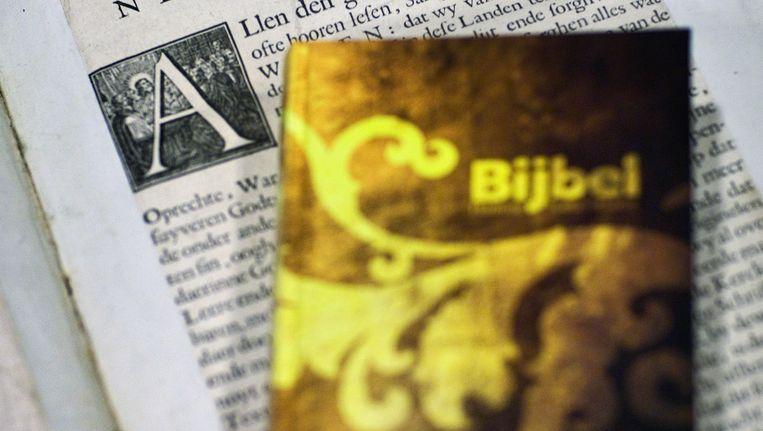 De Bijbel in de zogeheten Statenvertaling in de oude (onderop) en herziene editie. Beeld ANP