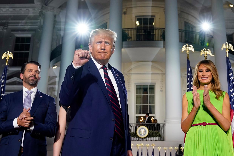 Donald Trump junior, president Donald Trump en first lady Melania Trump voor het Witte Huis. Beeld AP