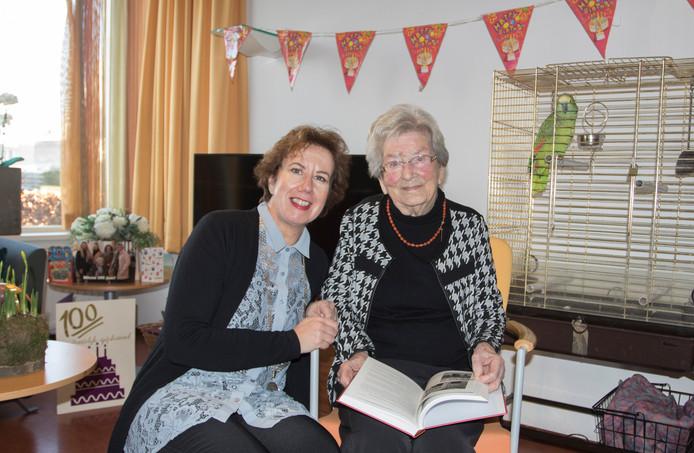 De 100-jarige Miene Courtin-Vermeulen kreeg zaterdag bezoek van burgemeester Margo Mulder.