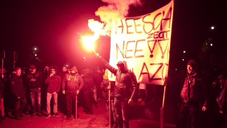 Demonstranten protesteren tegen de komst van een asielzoekerscentrum bij het gemeentehuis in Heesch. Beeld null