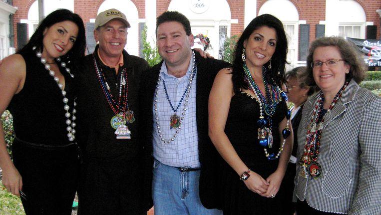 Van links naar rechts: Natalie Khawam (niet betrokken bij het schandaal) David Petraeus, Scott en Jill Kelley en Holly Petraeus in de tuin van de Kelley's in Tampa, Florida. Beeld AP