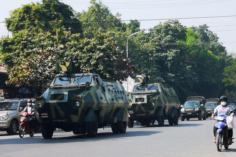Legervoertuigen domineren het straatbeeld in Mandalay,  de op een na grootste stad in Myanmar.  Beeld REUTERS