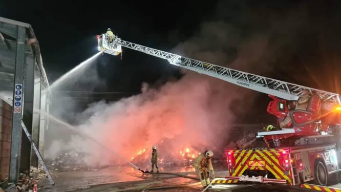 Brandweer uren lang in de weer met blussen van afvalhopen bij Renewi
