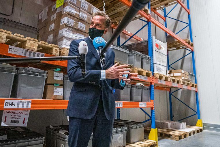 Hugo de Jonge de staat pers te woord tijdens een bezoek aan Movianto, een Brabants bedrijf dat de opslag van coronavaccins verzorgt. Beeld ANP