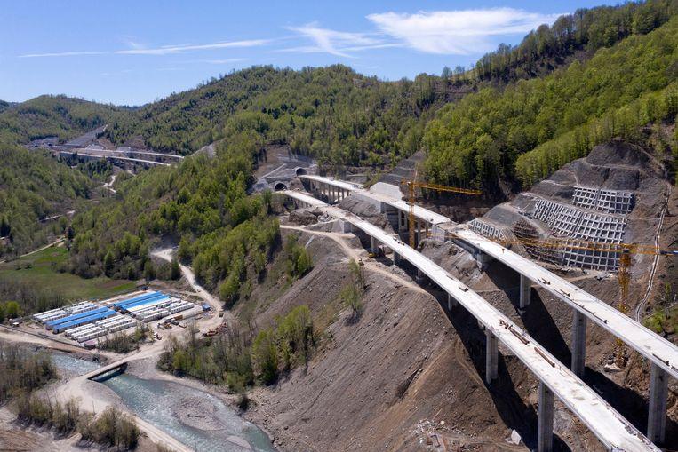 Het werk aan de tunnelbuizen erachter, waarin de snelweg verdwijnt, is nog in volle gang. Beeld Hollandse Hoogte / AFP