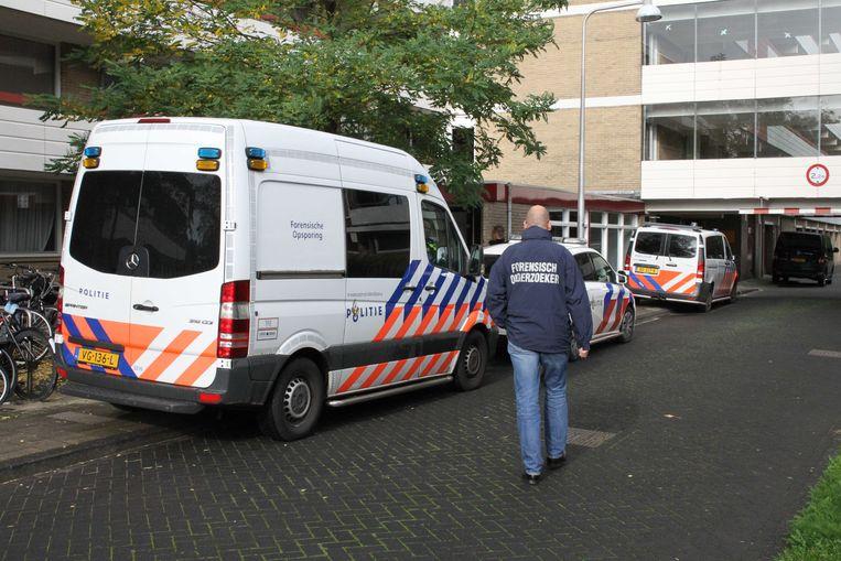 Een forensisch onderzoeker bij een woning aan de Martin Luther Kinglaan in Diemen. Een 48-jarige man zit vast voor mogelijke betrokkenheid bij de dood van een vrouw en een kind in de woning.  Beeld ANP