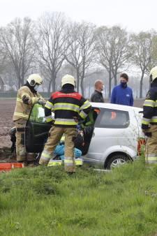 Brommobiel botst tegen boom en belandt in sloot in Wanroij: bestuurder naar ziekenhuis